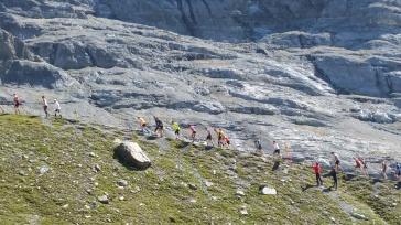 Moräne bei weltbekannter Bergkulisse wie Eiger, Mönch und Jungfrau