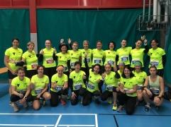 Ladies-Garderobe vor dem Lucerne-Marathon, Uristier-T-Shirt soweit das Auge reicht