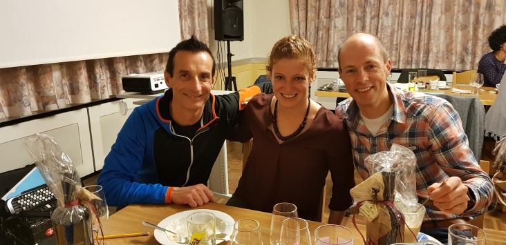 Imholz Seppi und der starke Urnerläufer Manfred Jauch flankieren Jolanda Annen