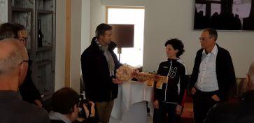 F.X Simmen übergibt den symbolischen Schlüssel der Geschäftsführerin Sonja Gisler Imholz Sport